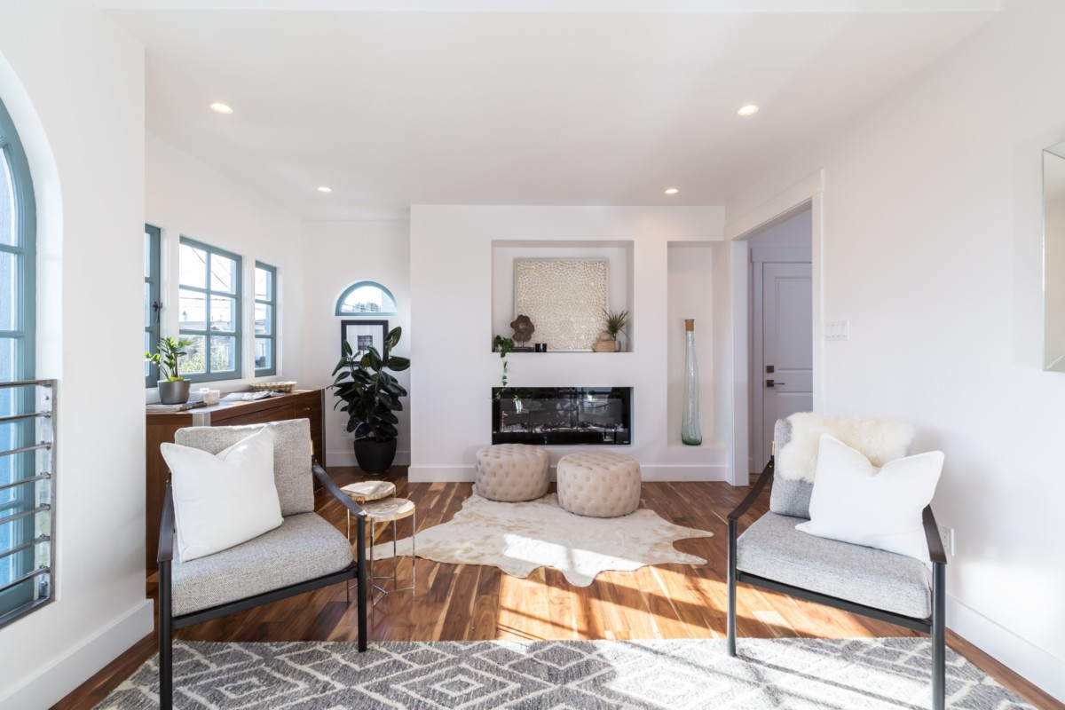 It's important to stage your living room to sell your house